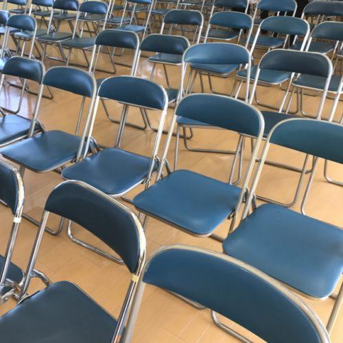並んだ椅子の写真