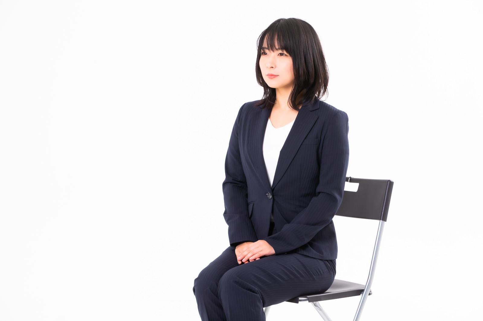 椅子に座るスーツ姿の女性